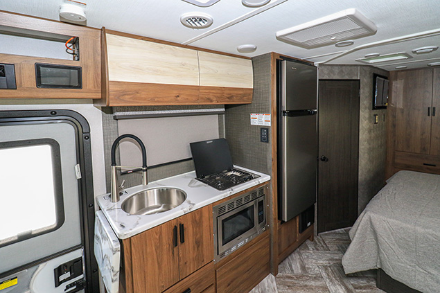2021 FOREST RIVER SUNSEEKER MBS 2400BSD
